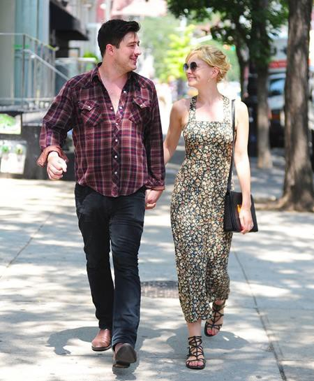 """Quen nhau khi đi trại hè, Carey Mulligan và Marcus Mumford đã yêu mến nhau từ thời niên thiếu. Hồi năm 2012, cặp sao tổ chức đám cưới tại một nông trại ở London và cho đến giờ, Carey Mulligan vẫn muốn giữ ông xã cho riêng mình thay vì phải """"chia sẻ"""" với giới truyền thông."""