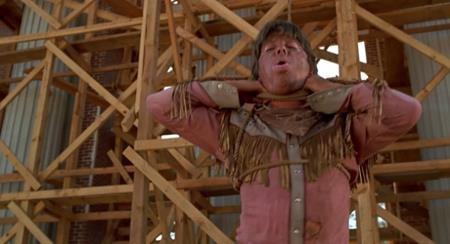"""Trong """"Back to the Future"""" phần 3, Michael J. Fox cần thực hiện cảnh phim bị kẻ thù treo cổ. Đã diễn tập rất ổn thỏa nhưng khi bấm máy, dây thừng xiết quá chặt khiến cho Michael J. Fox thực sự bị treo cổ trong vài giây trước khi được cứu giúp kịp thời."""