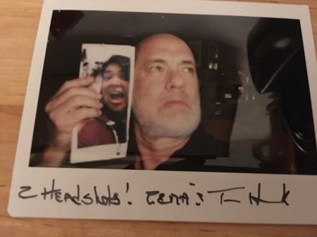 Khi một fan hâm mộ thổ lộ mong muốn được chụp hình với Tom Hank nhưng lại chẳng có được cơ hội gặp mặt trực tiếp, nam tài tử đã có ngay một sáng kiến như thế này.