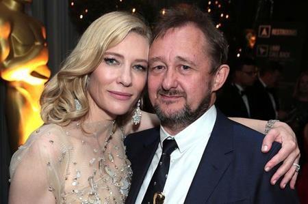Rất nhiều fans hâm mộ đã ngạc nhiên khi biết rằng Cate Blanchett đã làm đám cưới với đạo diễn, biên kịch Andrew Upton từ năm 1997. Cả hai không chỉ là bạn đời mà còn là bạn thân, là đồng nghiệp, là những tri kỉ tâm giao chẳng ồn ào nhưng vẫn rất mực bền chặt, gắn bó.