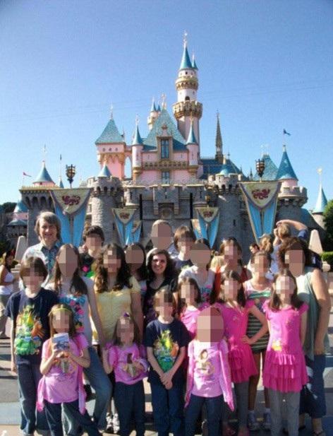 Cả gia đình đi tham quan Disneyland vào năm 2011