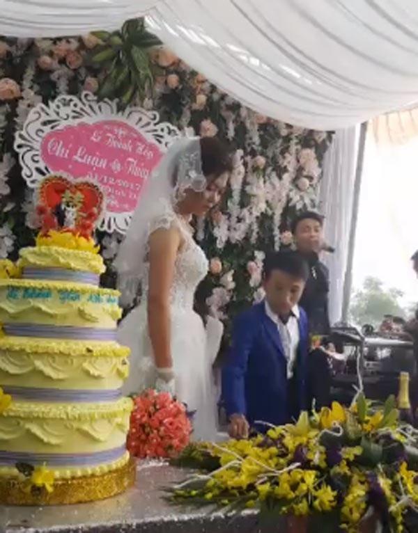 Vợ 1m65, chồng 80cm gây xôn xao trong đám cưới xứ Thanh ngày cuối cùng năm 2017 - 2