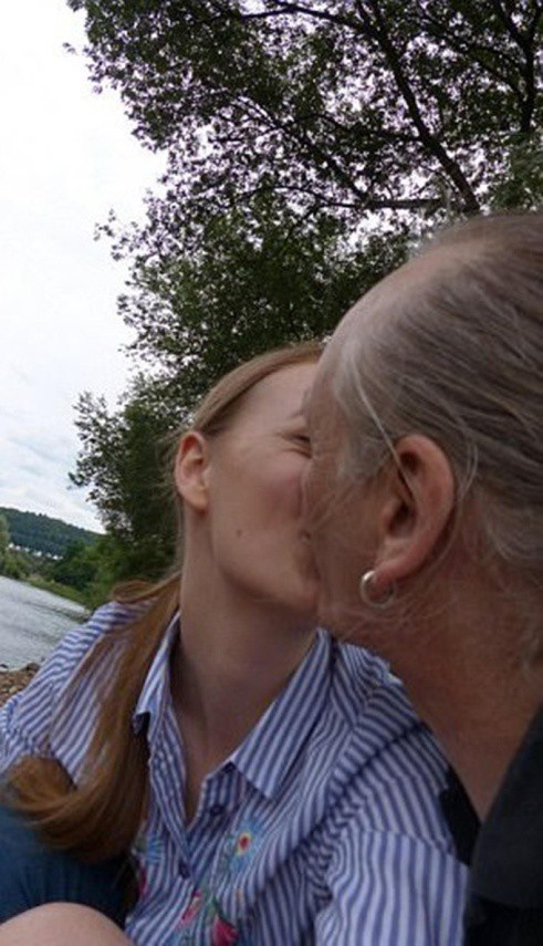 Chẳng ngần ngại ôm hôn thắm thiết