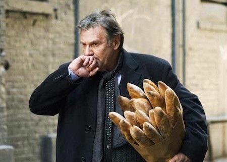 Nếu bạn bước vào một cửa hàng tạp hoá, kiểu gì sau đó bạn cũng sẽ bước ra với một túi bánh mì.