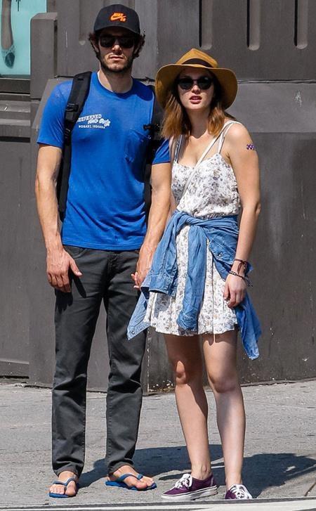 """Adam Brody và Leighton Meester đã có một hôn lễ cực kì bí mật ở Bắc California. Cả hai cũng rất ít khi chủ động giãi bày về cuộc sống cá nhân, và trong một lần hiếm hoi chia sẻ về bạn đời, nam tài tử Adam Brody chỉ nhận xét ngắn gọn rằng Leighton Meester là """"người tuyệt nhất""""."""