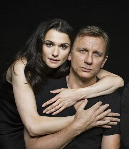 """Kết hôn với """"James Bond"""" Daniel Craig nhưng Rachel Weisz không hề muốn cuộc sống của cả hai phải kịch tính, náo động như trên phim. Nữ diễn viên xinh đẹp từng chia sẻ rằng: """"Một trong những điều vui thú tuyệt vời khi bạn không còn ở tuổi thanh niên nữa, đó là bạn không cần phải chia sẻ tất cả mọi thứ. Khi bạn kết hôn, cánh cửa đã đóng lại. Khán giả đã đi hết rồi, và chỉ còn bạn ở lại trong cuộc sống của chính mình mà thôi""""."""