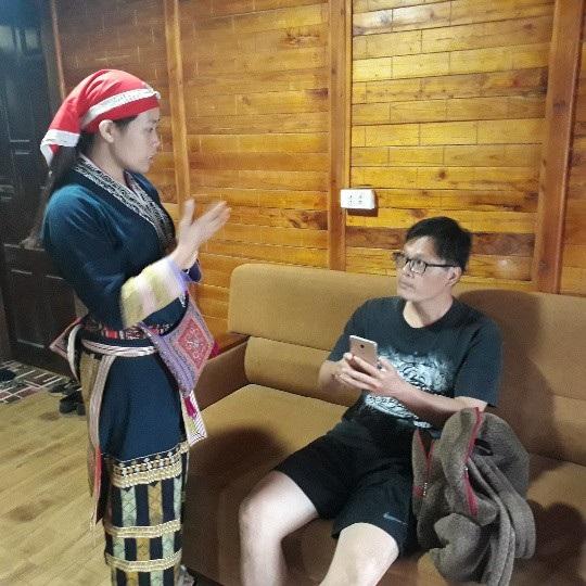 Chị Mẩy giới thiệu với du khách về nết văn hóa đặc trưng của người Dao đỏ
