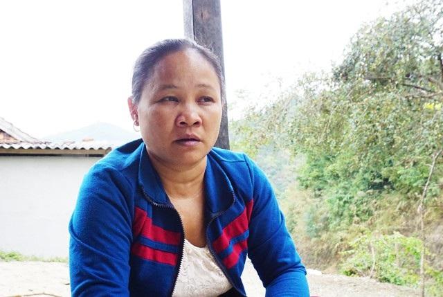 Bà Lô Thị Bảo - Chi hội trưởng Chi hội phụ nữ bản Ang thông tin với PV về tình trạng phụ nữ trong bản rời địa bàn đi Trung Quốc làm ăn