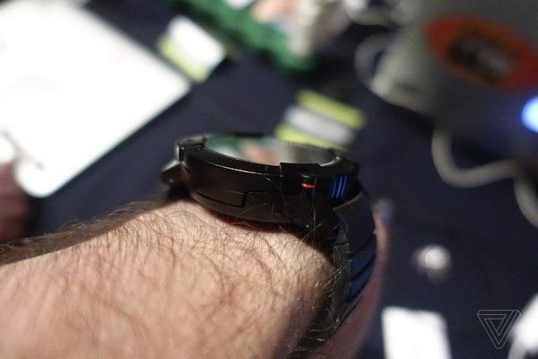 PowerWatch X sử dụng chính nhiệt lượng tỏa ra từ tay người đeo để làm năng lượng duy trì hoạt động