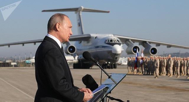 Tổng thống Putin tới thăm căn cứ Hmeymim tháng 12/2017 (Ảnh: Sputnik)