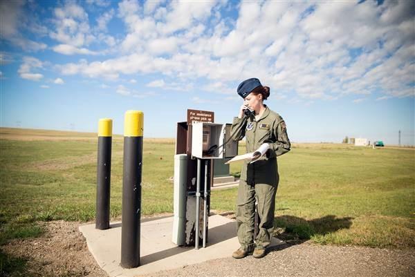 Một nữ quân nhân điều khiển tên lửa thuộc Không quân Mỹ. (Ảnh: NBC News)