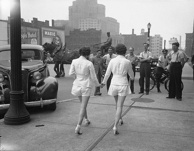 Tự do lựa chọn trang phục là một trong những mục tiêu đấu tranh của phụ nữ, trong thời kỳ sự bất bình đẳng giới đang ăn sâu vào tiềm thức của toàn xã hội. Trong ảnh chính là 2 cô gái đầu tiên tại thành phố Toronto, Canada dám diện quần đùi ở nơi công cộng (1937).