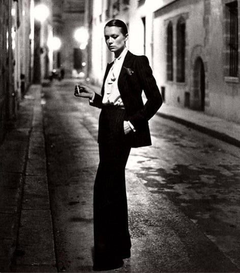 Vào năm 1966, Yves Saint Laurent là nhà thiết kế thời trang đầu tiên biến một bộ lễ phục vốn chỉ dành cho nam giới-Tuxedo, thành thứ đồ dành cho phụ nữ. Tuy nhiên, trong thời điểm mà quyền bình đẳng giới vẫn là khái niệm quá xa vời, mẫu thiết kế này của Laurent đã bị xem là một lời khiêu khích và bị phản đối rất gay gắt. Thậm chí, những người phụ nữ mặc Tuxedo còn bị cấm bước vào hầu hết nhà hàng trong khu vực.