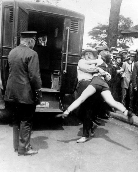 Một người phụ nữ bị bắt khi dám tiên phong diện bộ đồ bơi không che kín chân ở Chicago năm 1922.