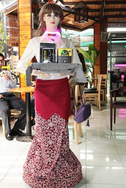 Robot Cô Ba cao 1m65 và phục vụ như một phục vụ chuyên nghiệp