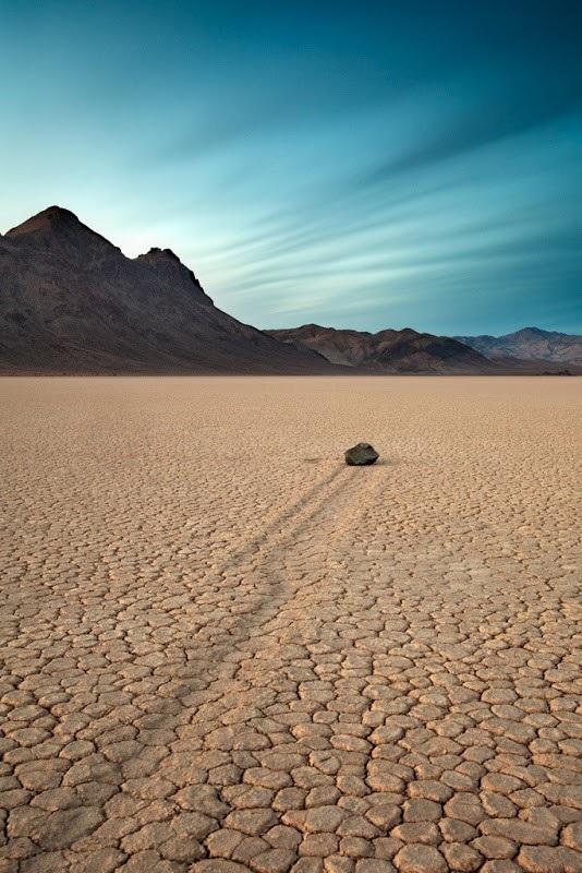 """Bí ẩn về những """"hòn đá ma thuật"""" biết tự dịch chuyển trong sa mạc khô cằn - 4"""
