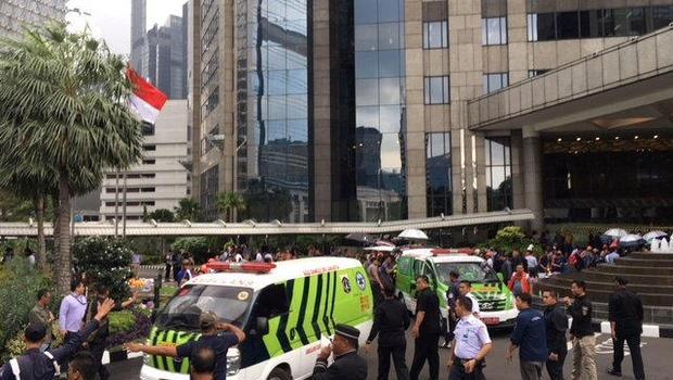 Xe cấp cứu nối đuôi nhau đưa người bị thương đến các bệnh viện gần nhất. (Nguồn: CBS News)