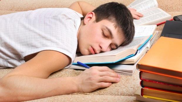 Thiếu ngủ có ảnh hưởng nghiêm trọng đến hiệu suất học tập, làm việc và mức độ tập trung. (ảnh minh họa)