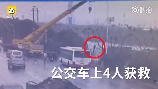 Một nạn nhân đang bám vào đầu cần cẩu để được kéo lên bờ
