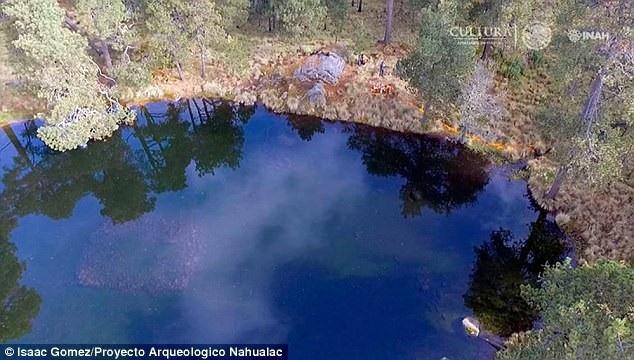 Có thể nhìn thấy những tảng đá nằm chính giữa hồ.