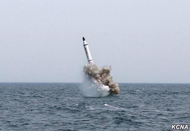 Một vụ phóng thử tên lửa từ tàu ngầm của Triều Tiên (Ảnh: KCNA)