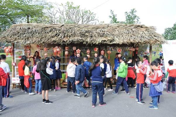 Ngay trong ngày khai mạc đã có 400 học sinh tiểu học đến trải nghiệm các phong tục Tết xưa.