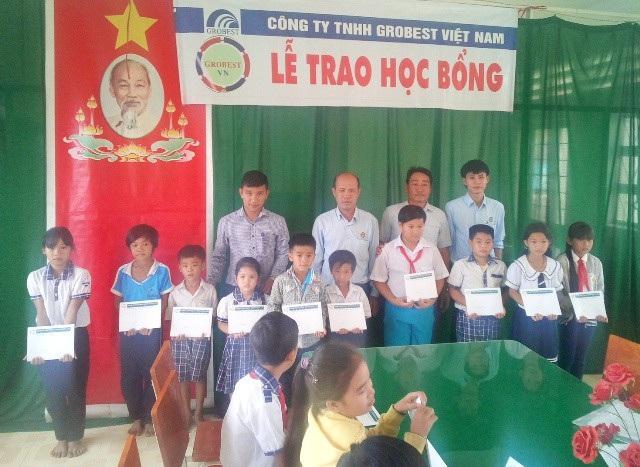 Trao học bổng đến học sinh trường Tiểu học Hòa Đông 2 (thị xã Vĩnh Châu).