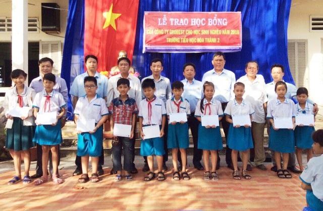 Học sinh Trường Tiểu học Hòa Thành 2 nhận học bổng của Công ty Grobest Việt Nam.