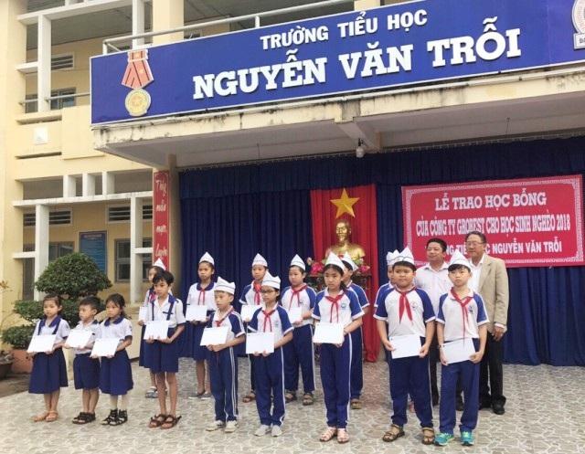 Trao học bổng cho học sinh Trường Tiểu học Nguyễn Văn Trỗi.