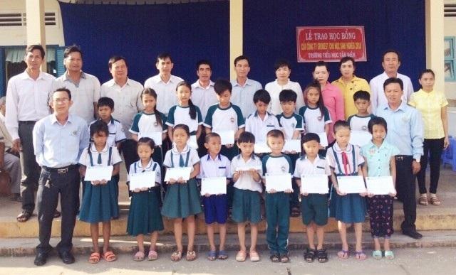 Học sinh Trường Tiểu học Tân Điền nhận học bổng của Công ty Grobest Việt Nam.