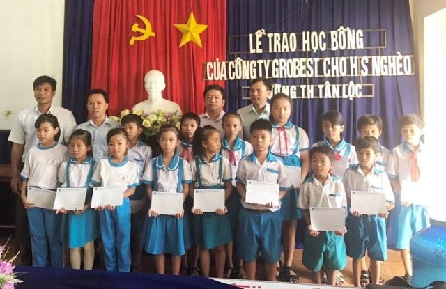 Học sinh Trường Tiểu học Tân Lộc nhận học bổng Grobest Việt Nam.