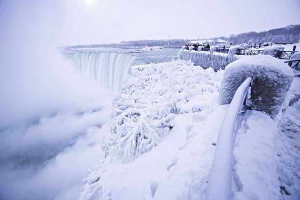 Nhiệt độ xuống thấp đột ngột thậm chí khiến dòng nước chảy từ trên cao xuống đóng băng giữa không trung, tạo nên một cảnh tượng kỳ vỹ. (Ảnh: Getty)