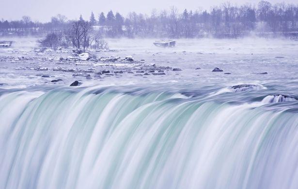 Du khách mới đây đã được chứng kiến một cảnh tượng hiếm gặp khi thác Niagara nằm giữa Mỹ và Canada bị đóng băng một phần do nhiệt độ xuống thấp kỷ lục -67°C. (Ảnh: EPA)