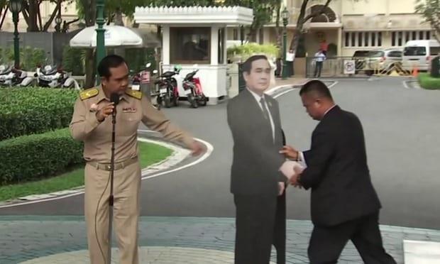 Thủ tướng Prayuth Chan-ocha đứng cạnh hình nộm của chính ông và đề nghị phóng viên đặt câu hỏi cho hình nộm này (Ảnh: AP)