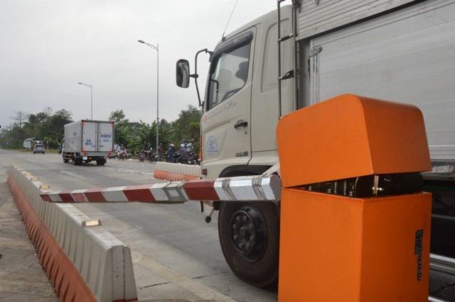 Trong buổi sáng, tình hình vẫn tiếp diễn cảnh nhiều tài xế phản đối đã gây kẹt xe. Thậm chí có xe còn tông vào thanh chắn làm hư hỏng.