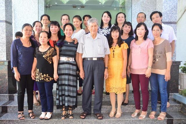 Thầy Huỳnh Văn Minh trong một lần họp mặt cùng học trò cũ.