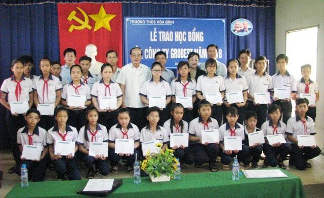 Trao học bổng Grobest cho học sinh Trường THCS Hòa Bình.