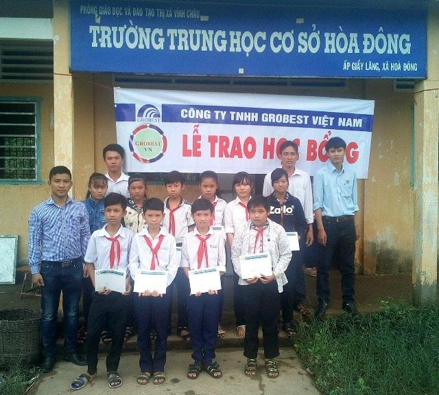 Học sinh trường THCS Hòa Đông (thị xã Vĩnh Châu) nhận học bổng của Công ty Grobest Việt Nam.