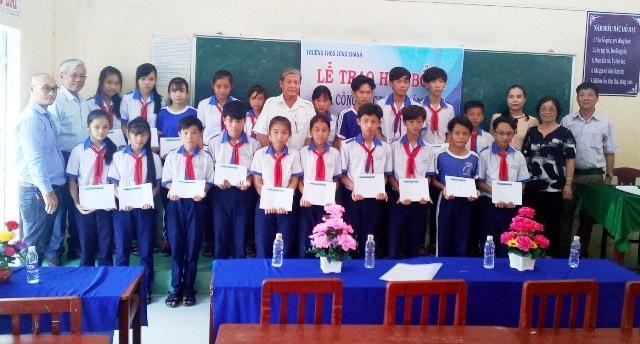 Đại diện Công ty Grobest, Hội Khuyến học tỉnh Bạc Liêu,... cùng trao học bổng đến học sinh Trường THCS Long Thạnh.