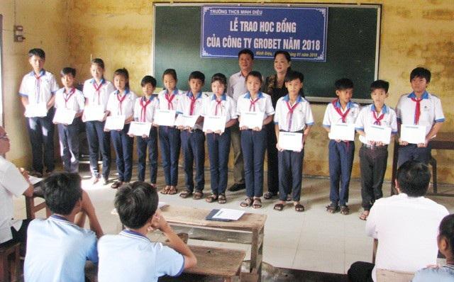 Học sinh Trường THCS Minh Diệu nhận học bổng Grobest.