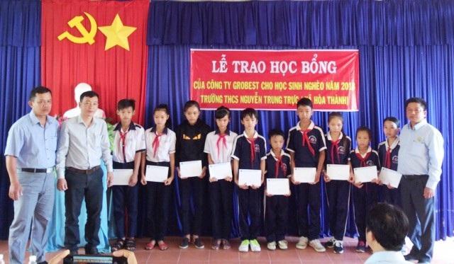Đại diện Công ty Grobest tại Cà Mau trao học bổng đến học sinh Trường THCS Nguyễn Trung Trực.