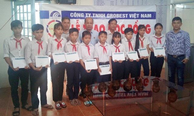 Đại diện Công ty Grobest Việt Nam trao học bổng cho học sinh trường THCS Phú Hữu (huyện Long Phú).