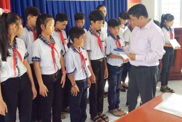 Ông Tăng Văn Hoa- Trưởng đại diện Công ty Grobest Việt Nam khu vực Cà Mau trao học bổng cho học sinh Trường THCS Tân Lộc.