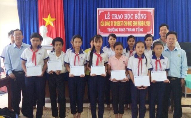 Đại diện Công ty Grobest tại khu vực Cà Mau trao học bổng đến các em học sinh Trường THCS Thanh Tùng.
