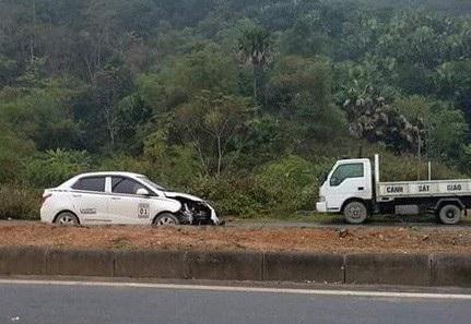 Chiếc xe ô tô con gây tai nạn khiến 5 công nhân làm đường thiệt mạng chiều 2/1 (ảnh: Đinh Đạt)