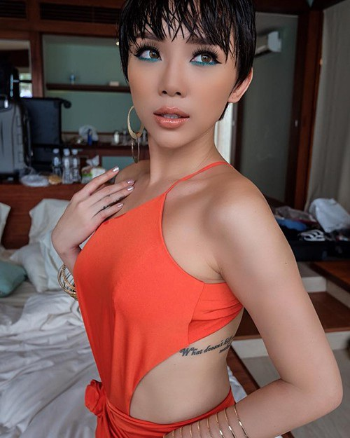Ca sĩ Tóc Tiên diện áo yếm, khoe khéo hình xăm ở mạn sườn khi cùng ê-kíp thực hiện bộ ảnh mới ở Nha Trang.
