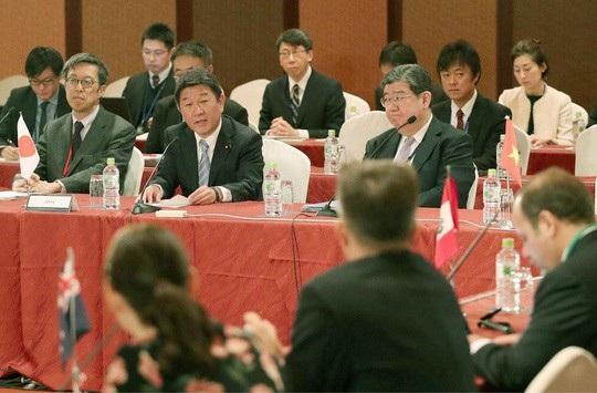 Ông Toshimitsu Motegi (bìa phải), Bộ trưởng phụ trách đàm phán CPTPP của Nhật Bản, chủ trì cuộc họp tại Tokyo. Ảnh: Japan Times