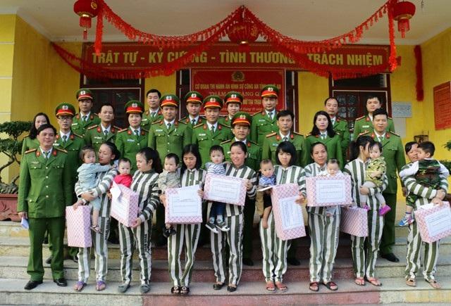 Có 8 em nhỏ dưới 36 tháng tuổi đang ở cùng mẹ tại Trại giam số 6 - Bộ Công an được nhận quà Tết từ các cán bộ, chiến sỹ PC81 Công an tỉnh Nghệ An