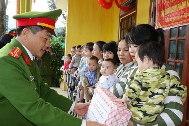 Thượng tá Nguyễn Hữu Thịnh - Trưởng phòng thi hành án hình sự và hỗ trợ tư pháp Công an tỉnh Nghệ An trao quà Tết sớm cho con các nữ phạm nhân tại Trại giam số 6