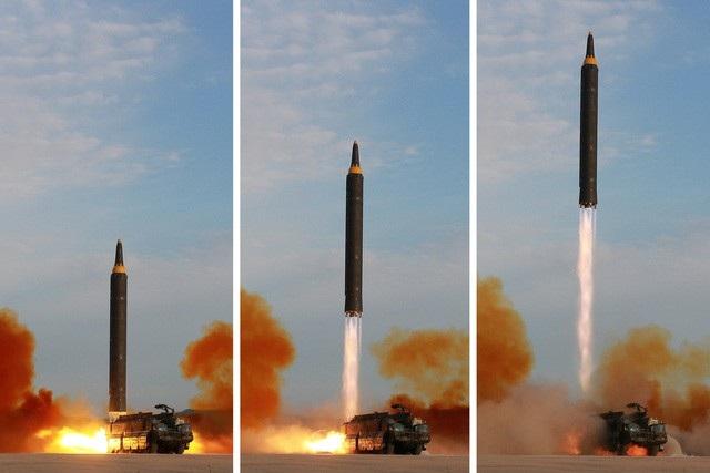 Tên lửa đạn đạo Hwasong-12 của Triều Tiên rời bệ phóng trong vụ thử ngày 15/9/2017 (Ảnh: Reuters)